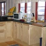 Stort kjøkken med masse benk- og skapplass